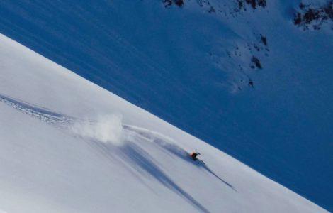heliski island , skieur full speed