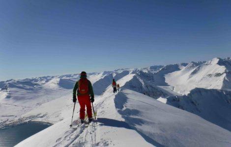 heliski islande, ligne de crête, skieur