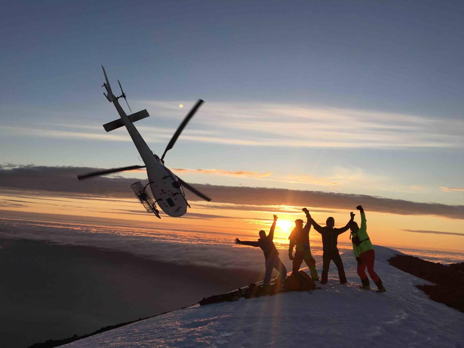 heliski island , skier sous le soliel de minuit